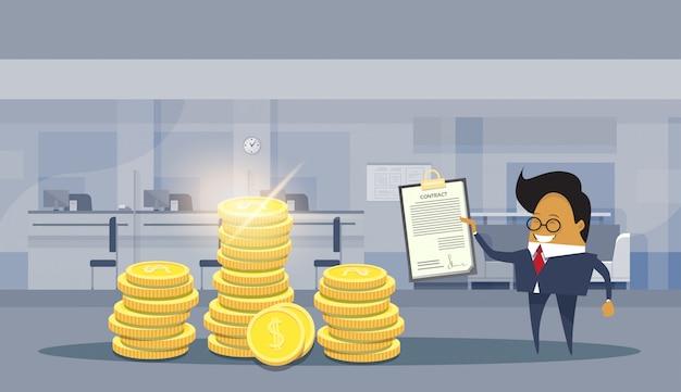 Aziatische business man teken succesvolle contract deal staande over stapels munten van de dollar