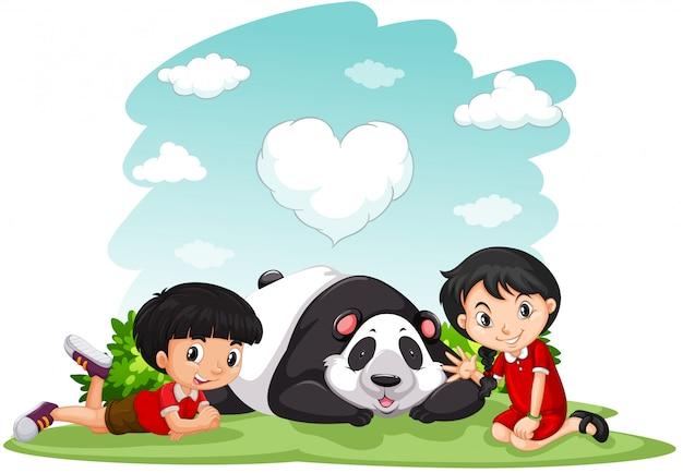 Aziatische jongen en meisjeszitting met panda