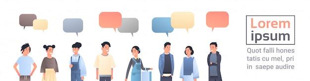 Aziatische mannen vrouwen groep chat bubble communicatieconcept gelukkig jongens meisjes toespraak gesprek chinees of japans vrouwelijke mannelijke cartoon karakters vector illustratie