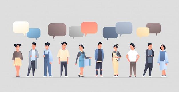 Aziatische mannen vrouwen groep chat bubble communicatieconcept gelukkige jongens meisjes toespraak gesprek chinees of japans vrouwelijke mannelijke stripfiguren