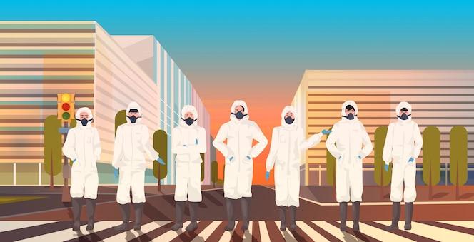 Aziatische mensen dragen hazmat-pakken en beschermende maskers om coronavirusepidemie te voorkomen MERS-CoV-virus lege stad straat wuhan 2019-nCoV pandemie gezondheidsrisico stadsgezicht achtergrond volledige lengte