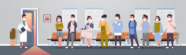 Aziatische patiënten in maskers arts bezoeken coronavirus infectie epidemie mers-cov virus medisch consult 2019-ncov pandemie gezondheidsrisico ziekenhuis gang interieur volledige lengte horizontaal