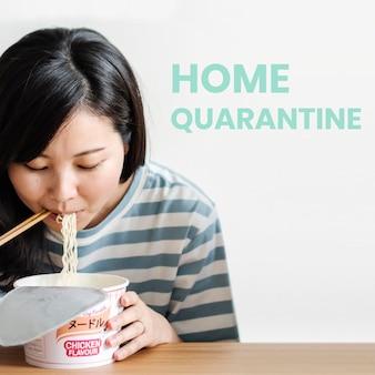 Aziatische vrouw die instantnoedels eet tijdens quarantaine van het coronavirus