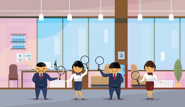 Aziatische zakenmensen team houden vergrootglazen