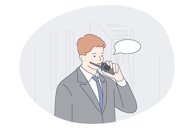 Baan, beroep, beroep voor mannen concept. jonge man professionele beveiliging in kantoor praten over