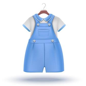 Baby boy garderobe blauwe overall met wit t-shirt voor speciale gelegenheid op de hanger.