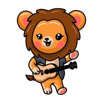 Baby leeuw cartoon gitaar spelen op wit wordt geïsoleerd