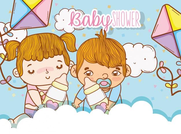 Baby's meisje en jongen in de wolken met vliegers