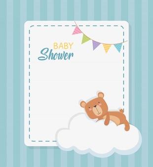 Baby shower vierkante kaart met kleine beer teddy in wolk