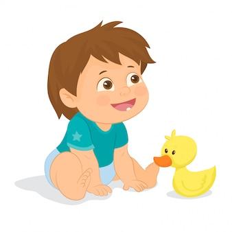Baby speelt met eend van speelgoed