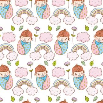 Babyjongen in de deken en de regenboog met wolkenachtergrond