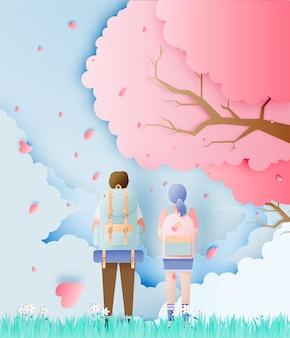 Backpackerpaar met de boom van de kersenbloesem
