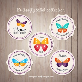 Badges met vlinders op een houten achtergrond