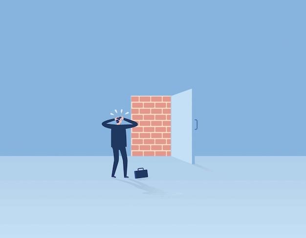 Bakstenen muur die de deuropening van het bureau blokkeert