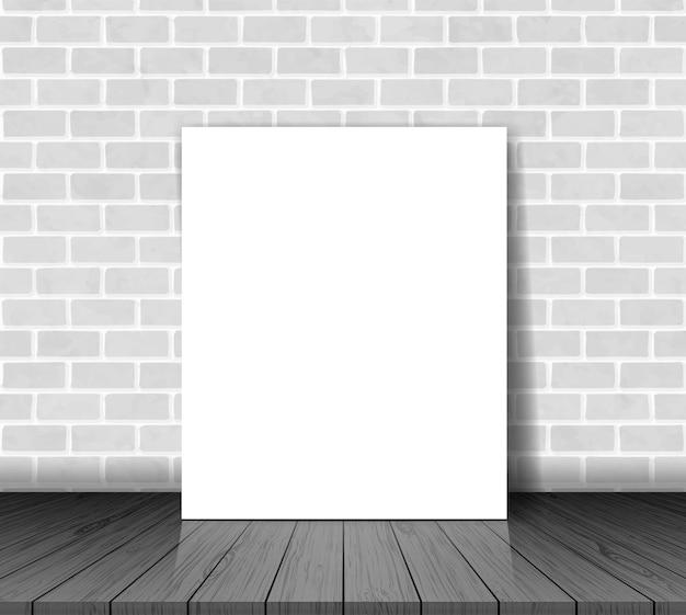 Bakstenen muur met witboekblad op houten vloer