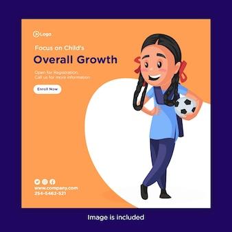Bannerontwerp van focus op de algehele groei van het kind met schoolmeisje met een voetbal in de hand