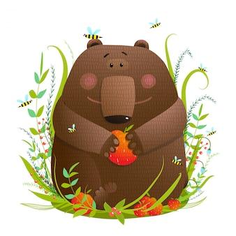 Bear cub eten appels in bos