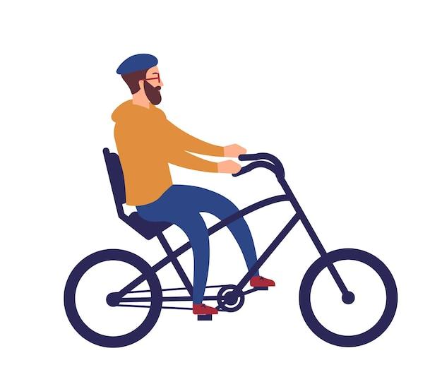 Bebaarde man in helm stijlvolle chopper fiets rijden. gelukkig fietsen hipster man geïsoleerd op een witte achtergrond. leuke grappige mannelijke fietser op de fiets. kleurrijke vectorillustratie in platte cartoon stijl.