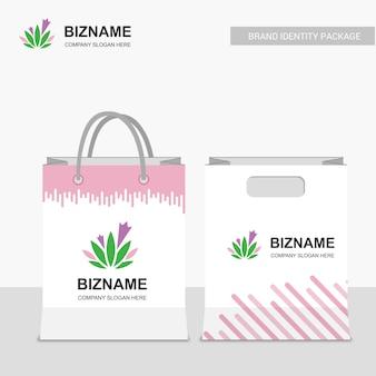 Bedrijf boodschappentassen ontwerp met roze thema en bladeren logo
