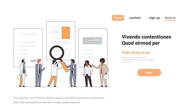 Bedrijf paar bedrijf vergrootglas zoom cv cv team kiezen kandidaat voor vacature vacature werving concept lijn kopie ruimte horizontaal