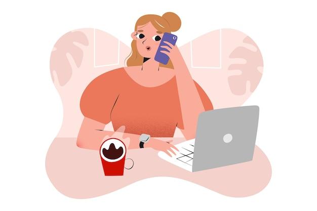Bedrijfs meisje dat met behulp van laptop werkt die een telefoontje heeft en koffie drinkt