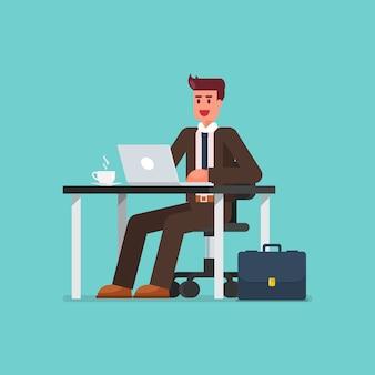 Bedrijfs mens die aan een laptop computer bij bureau werkt