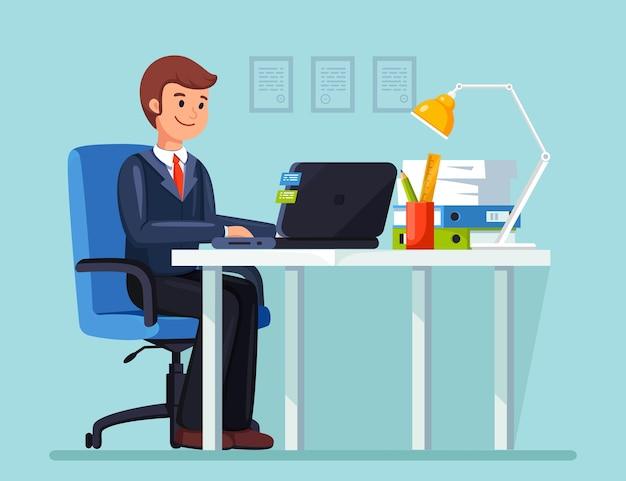 Bedrijfs mens die bij bureau werkt. kantoorinterieur met computer, laptop, documenten, tafellamp, koffie. manager zittend op een stoel. werkplek voor werknemer, werknemer. plat ontwerp