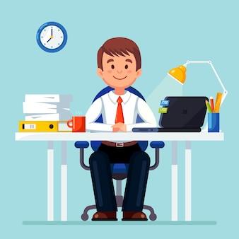 Bedrijfs mens die bij bureau werkt.