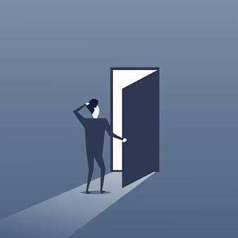 Bedrijfs mens die zich bij de ingang van de deur bevindt