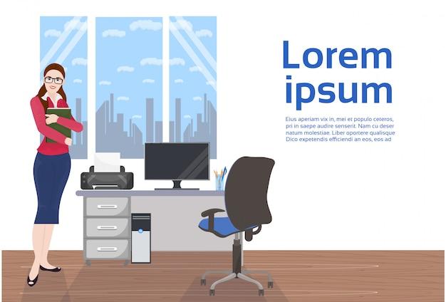 Bedrijfs vrouw in bureau dat zich over de werkplaats van het bureau bevindt. tekstsjabloon