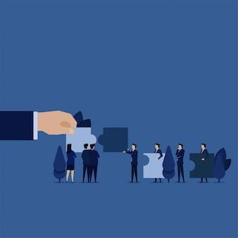 Bedrijfsleider op zoek naar nieuwe werknemer om puzzel en criteria te evenaren.