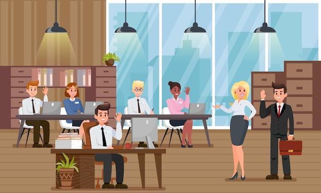 Bedrijfsmanagers verwelkomen nieuwe collega in officce.