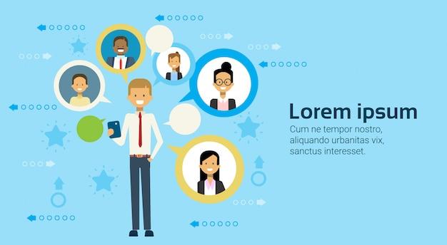 Bedrijfsmens die cel slimme telefoon gebruiken die met het concept van het zakenluennetwerkgelegenheid communiceren