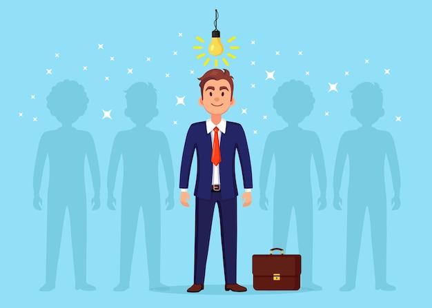 Bedrijfsmens met gloeilamp. creatief idee, innovatietechnologie, geniaal oplossingsconcept