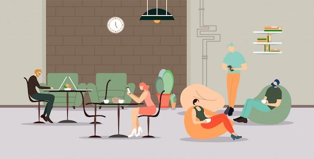Bedrijfsmensen die bij koffiepauze in bureau samenkomen.