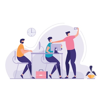 Bedrijfsmensen die gadgets office gebruiken