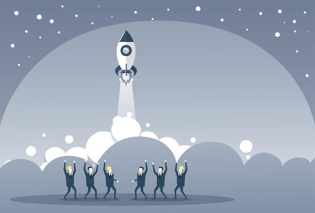 Bedrijfsmensengroep die lanceringsruimteschip het nieuwe concept van de de strategieontwikkeling van stratup bekijken