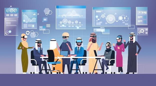 Bedrijfsmensengroep die vr-hoofdtelefoon tijdens brainstorming, team in 3d glazen op het concept van de vergadering het virtuele werkelijkheidstechnologie dragen
