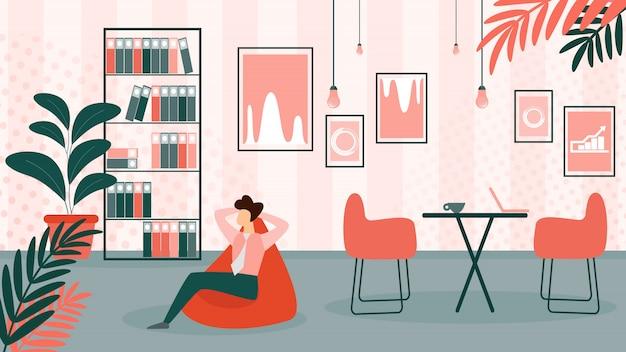 Bedrijfsmensenzitting in comfortabele leunstoel in bureau