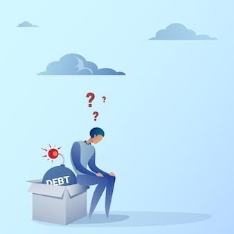 Bedrijfsmensenzitting op bomcreditschuld financiën crisis concept