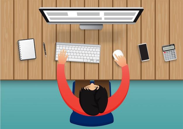 Bedrijfspersoon die aan computer werkt. de zakenmanzitting op een blauw stoelbovenaanzicht bekijkt het bureau met kantoorbenodigdheden.