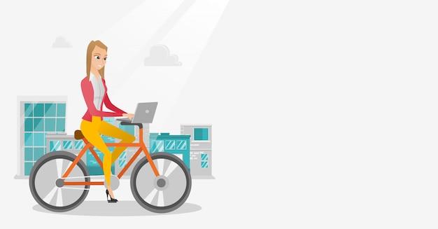 Bedrijfsvrouw die een fiets met laptop berijden.