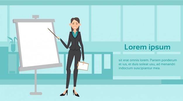 Bedrijfsvrouw die presentatie over wit raadsrapport geven