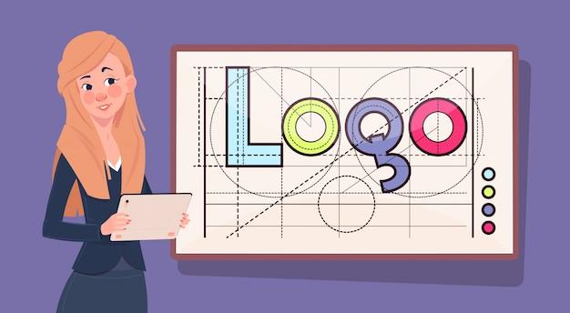 Bedrijfsvrouw met digitale tablet over embleemwoord creatief grafisch ontwerp