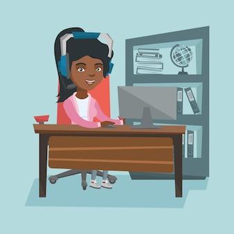 Bedrijfsvrouw met hoofdtelefoon die in het bureau werkt.