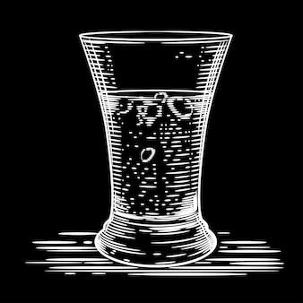 Beeld van een glas wodka op een zwarte achtergrond.