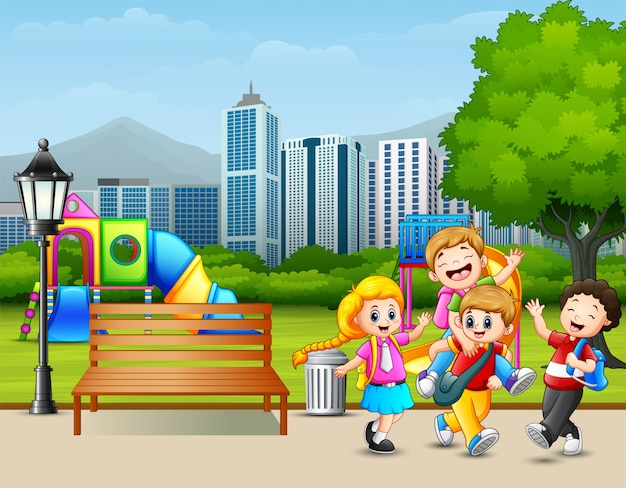 Beeldverhaal gelukkige kinderen die in het stadspark spelen