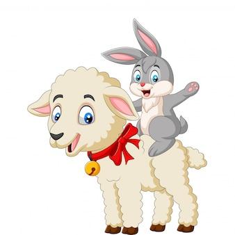 Beeldverhaal leuk konijntje die een lam berijden