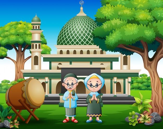 Beeldverhaal oud paar moslim vooraan de moskee