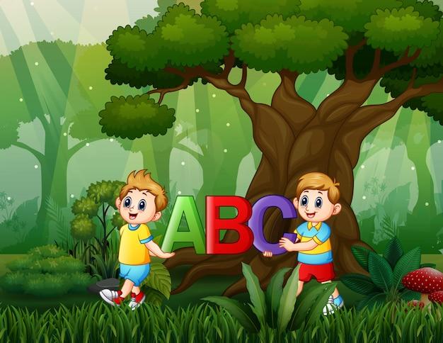 Beeldverhaal twee jongens die abc-tekst op de aard houden